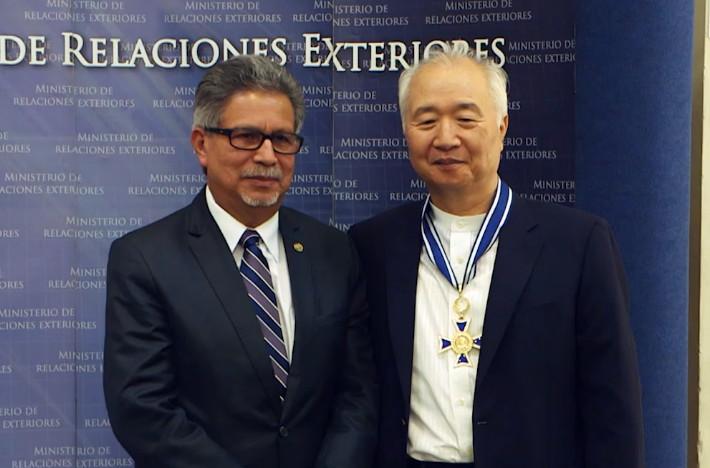 뇌교육의 창지자 일지 이승헌 총장은 엘살바도르에서 엘살바도르 정부 최고의 상, 호세 시메온 까냐스를 수